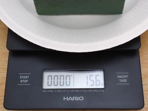 乾いたフローラルフォームの重さ